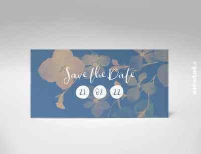 """Vorderseite: Save the Date Karte, Hochzeit, zweiseitige Hochzeitskarte, Din lang, Querformat, modern, zart blaues Blumenmotiv, monochrom, weiße Kaligrafie Schrift, besonders, zeitlos, elegant, Schriftzug """"Save the Date"""", auffällige Zahlen auf weißem und rundem Untergrund, Hochzeitsdatum gut hervorgehoben, Mustertext, veränderbare Farbe der Schrift in blau, rot, grau, grün, starhochzeit"""