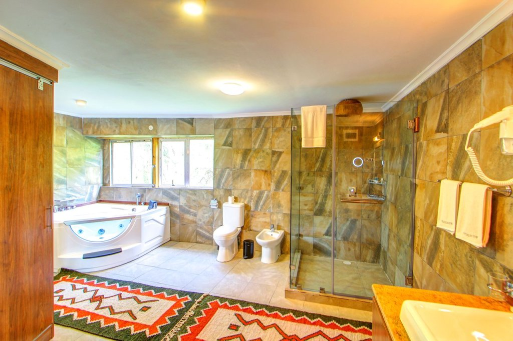 En-suite bathroom with Jacuzzi at Wileli House