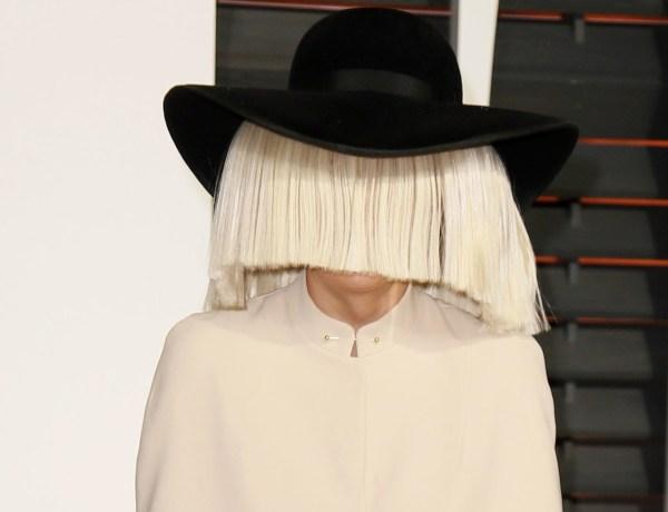 Victime du vent, Sia dévoile son visage en plein concert