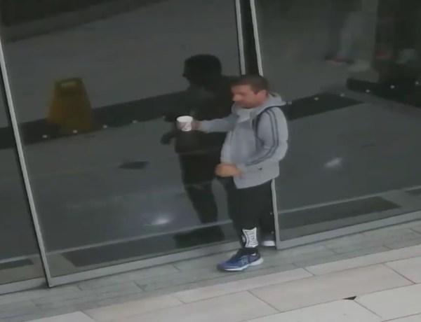 Alors qu'il tente de s'évader, un voleur fait attention à ne pas faire tomber son café