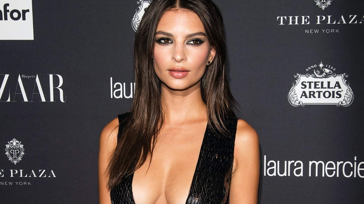 Emily Ratajkowski : topless pour sa collection de maillots de bain