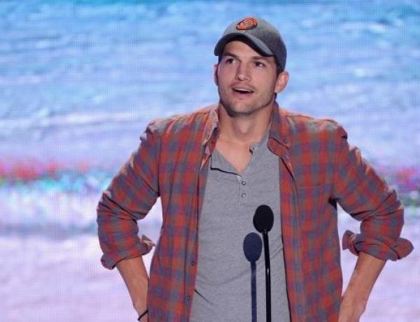 La drôle de raison pour laquelle Ashton Kutcher porte toujours une casquette