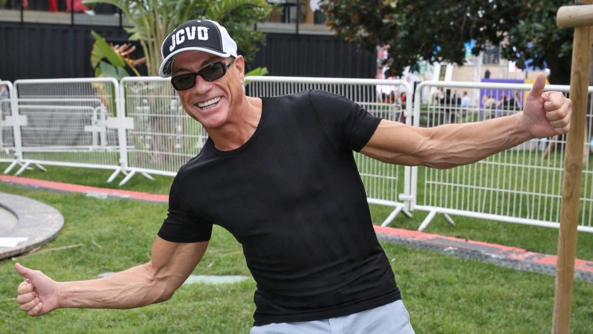 Jean-Claude Van Damme donne des cours de sport… et ça vaut le détour !