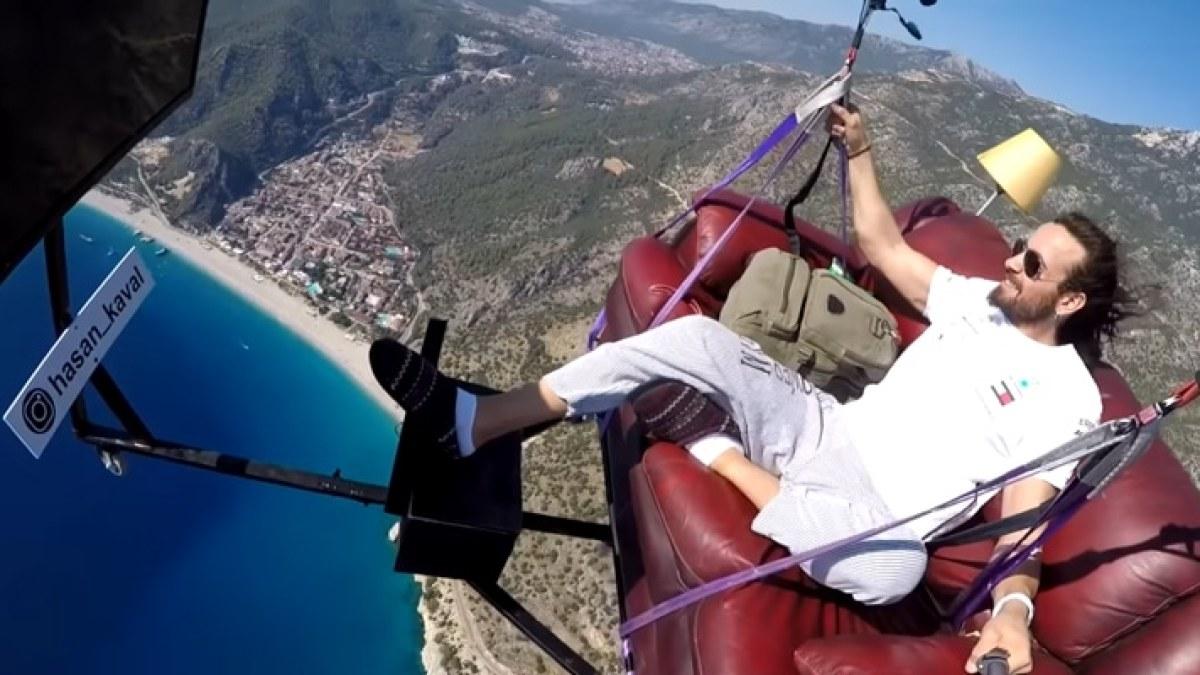 Sport extrême : Il fait du parapente assis sur son canapé tout en regardant la télé