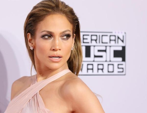 Jennifer Lopez : Sans maquillage, elle prend un selfie au saut du lit