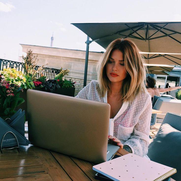 """Caroline Receveur à bout : """"Je passe la journée devant l'ordinateur, je ne me maquille pas, je suis en t-shirt"""""""