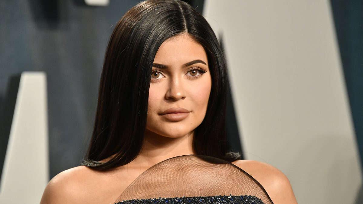 """Kylie Jenner : Violemment interpellée par des militants anti-fourrure à la sortie d'un magasin """"Tu es un monstre !"""""""