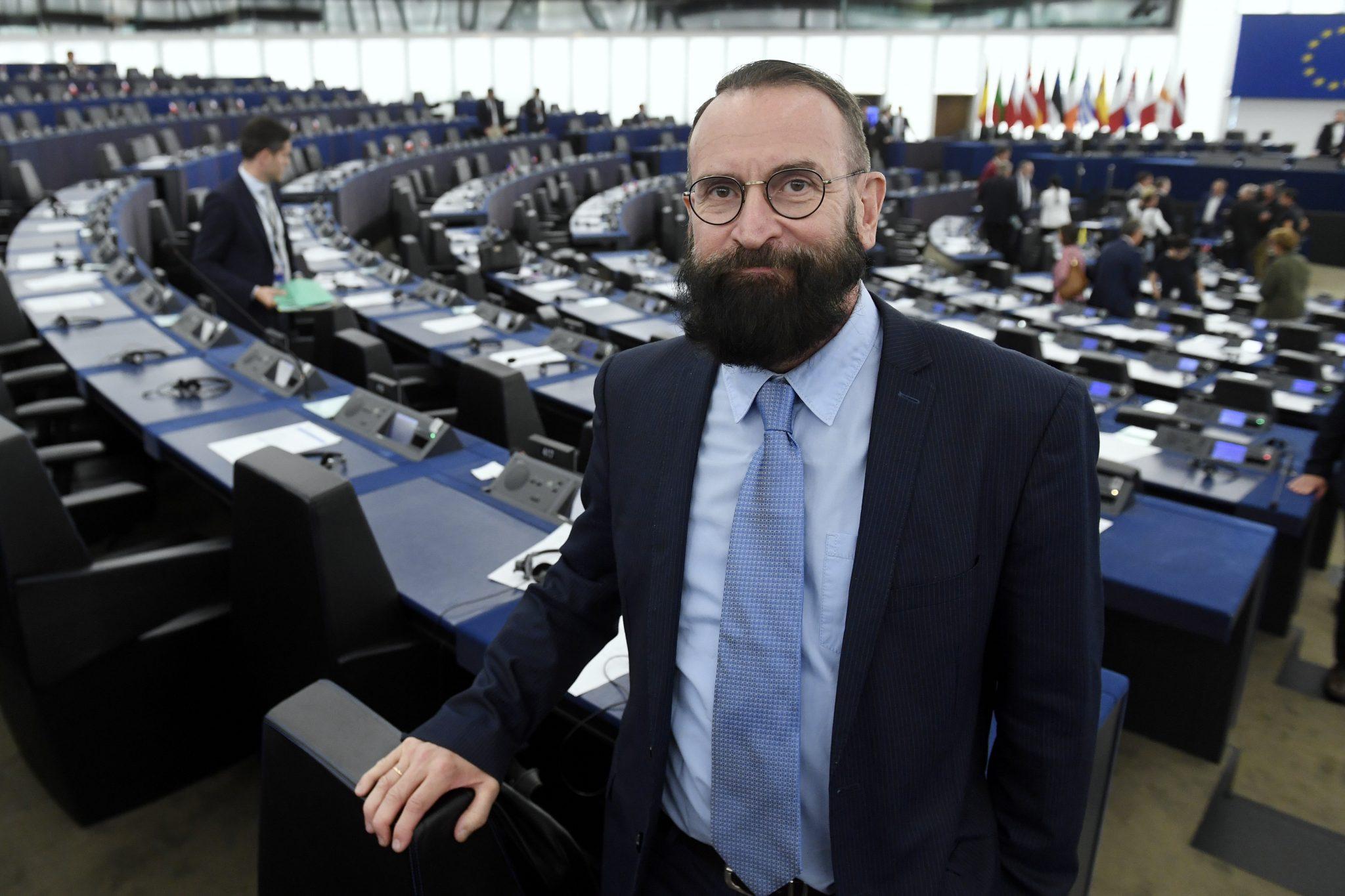 Scandale à Bruxelles : Un député européen surpris en pleine partie fine... Il prend la fuite nu !