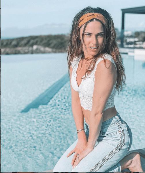 Capucine Anav : hyper complexée par son corps, elle poste tout de même une photo d'elle en bikini