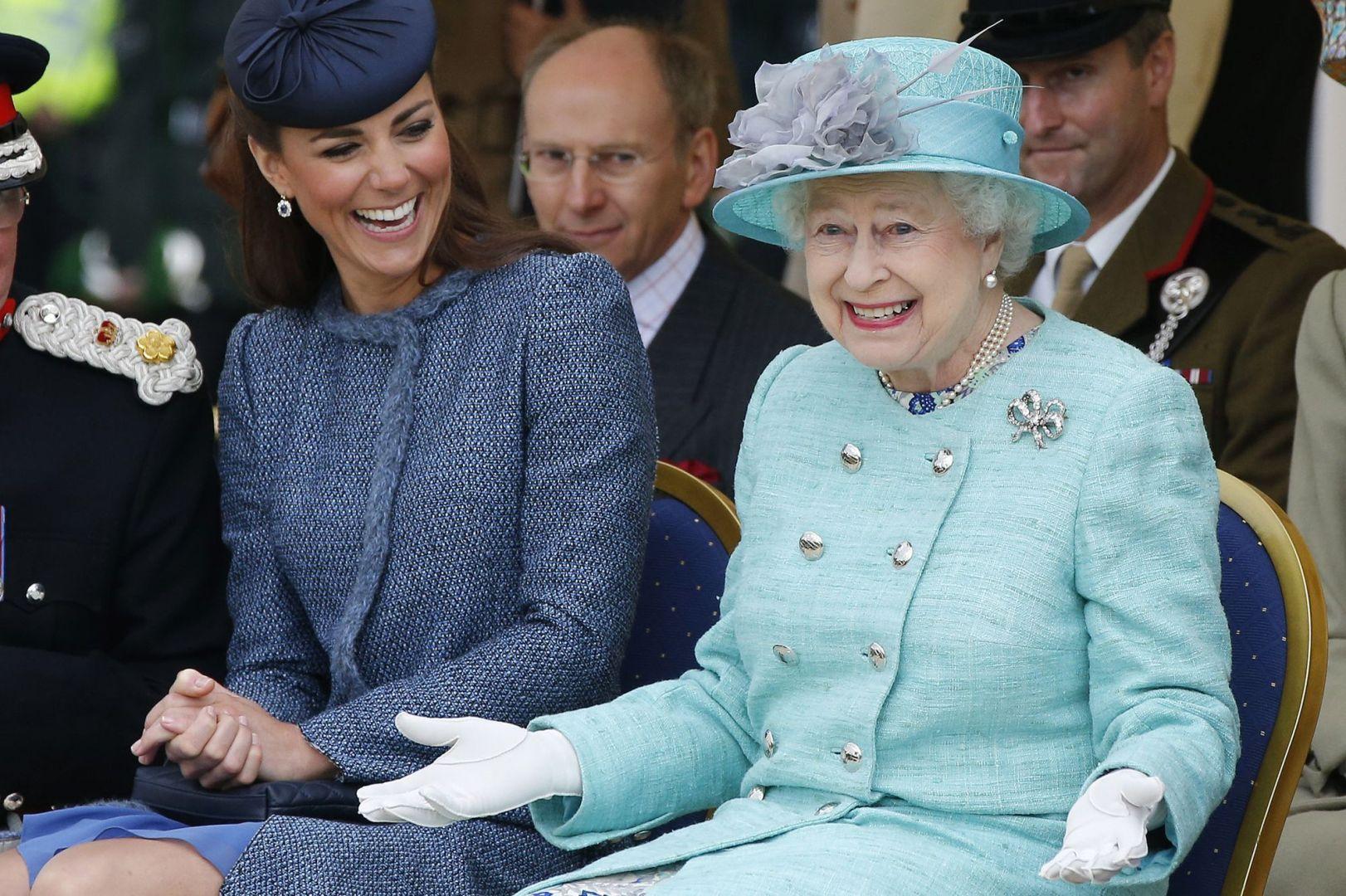 La reine d'Angleterre avec la princesse Kate Middleton, avenantes devant le grand public à Nottingham en 2012