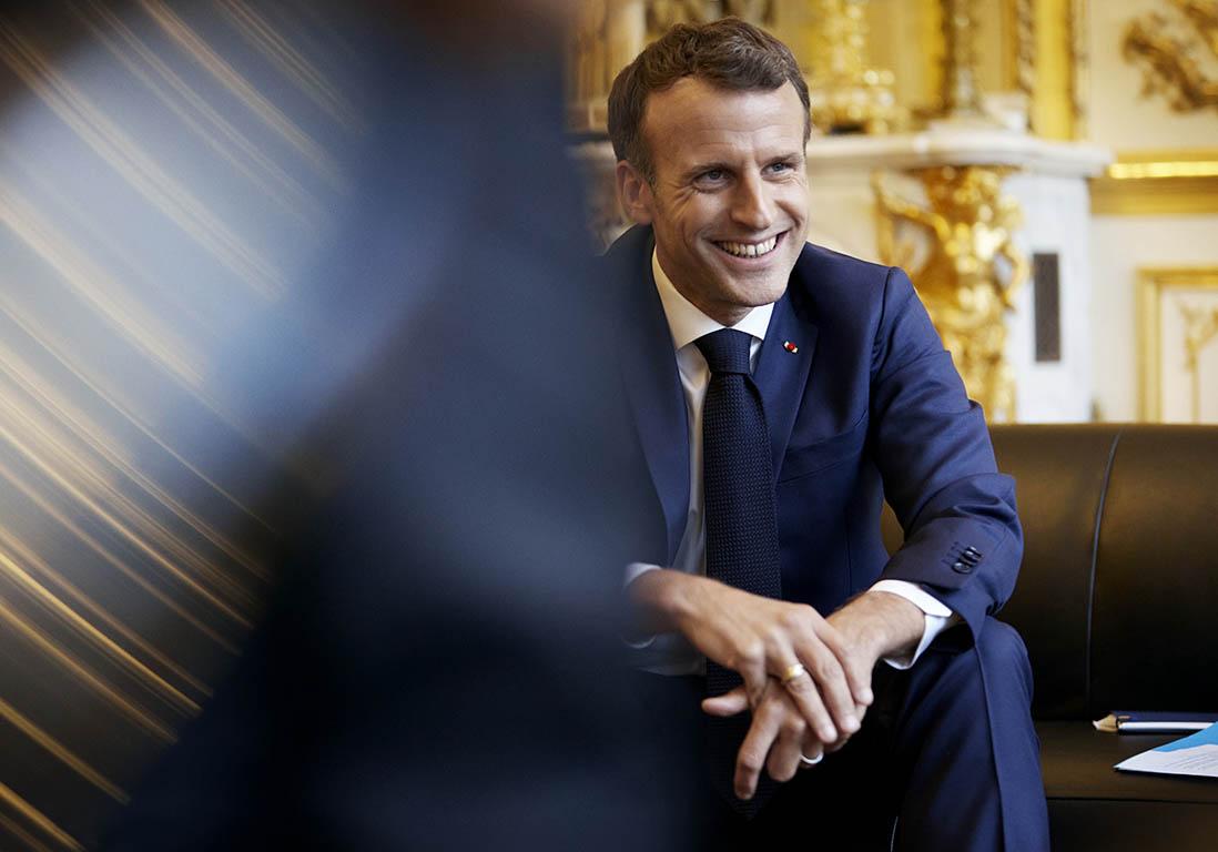 """""""Tenue décente exigée"""" à l'école : Emmanuel Macron scandalise la Toile avec ses propos"""