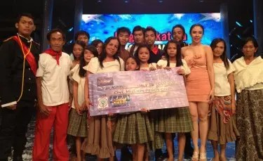 It's Showtime Bida Kapamilya Round 2 The Finals champion Agravante family with mentor Giselle Sanchez---Photo by Baunch Tumale