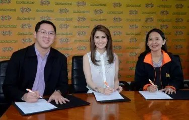 Talk 'N Text endorser Marian Rivera with Melvin Nubla, head of Go to Market for Talk 'N Text, and Jane Basas, Smart Prepaid Business Group head