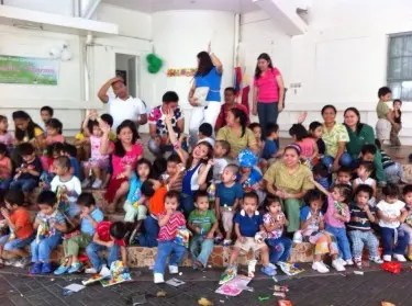 Sheena Halili with the Kids of White Cross Home. Image courtesy of #PinkWomenOnFire FB page.