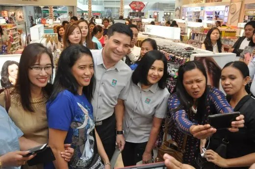 Edu and Lorna surprise shoppers at Watsons
