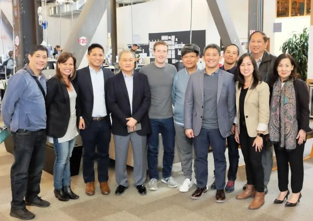 MEETING OF MINDS: Facebook CEO and Founder Mark Zuckerberg with PLDT-Smart Chair and CEO Manny V. Pangilinan with the PLDT-Smart Leadership team led by Wireless Consumer Operations Head Katrina Luna-Abelarde (second from left); PLDT Home Operations Head Oscar A. Reyes, Jr. (third) and EVP and Consumer Business Head at PLDT and Smart Ariel P. Fermin (seventh) at the new Facebook headquarters in Menlo Park in California.