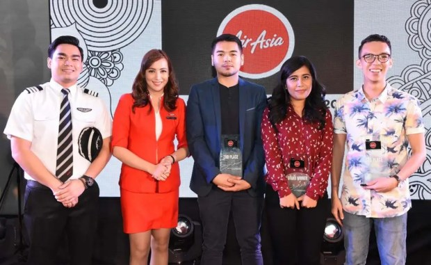 The AirAsia Travel Photographer Top 3 Finalists. (From left: AirAsia Pilot, AirAsia Cabin Crew, Dave Poblete – 2nd Place, Kimberly Pauig – 1st Place, DJ Magbanua – 3rd Place)