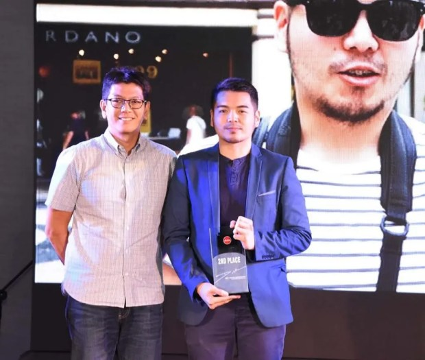 The AirAsia Travel Photographer 2016 People's Choice Awardee, Dave Poblete with the Philippines AirAsia Head of Commercial Mr. Gerard Penaflor.