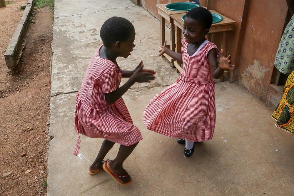 flickor-leker-ghana-moree