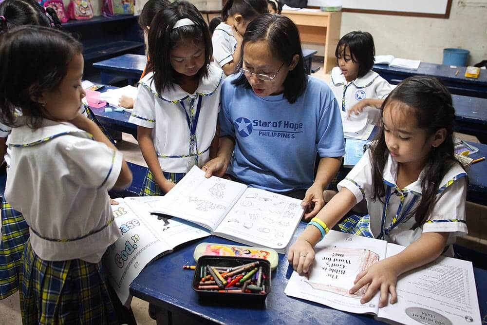 larare-med-elever-filippinerna-crame
