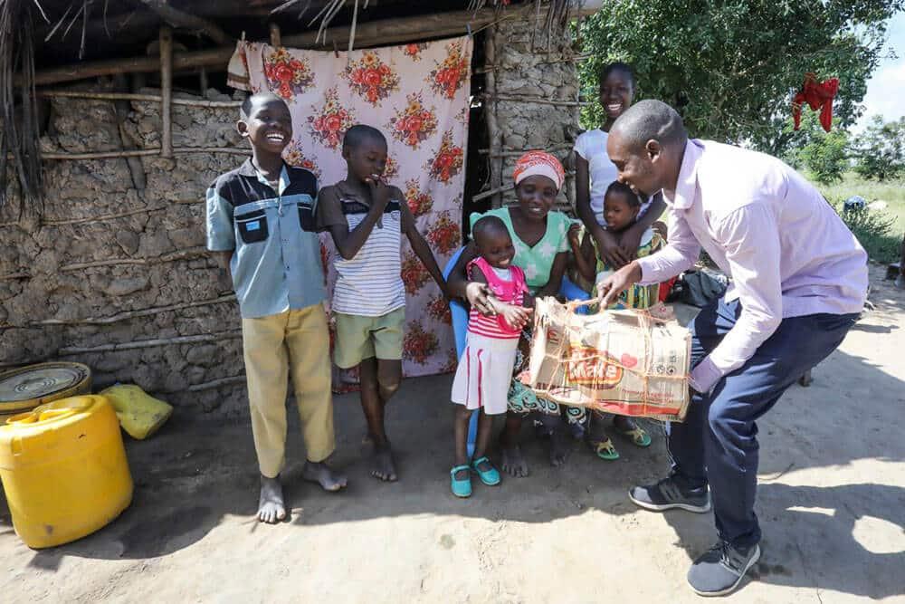 Familjen Kilonzo i Kenya får ett julpaket