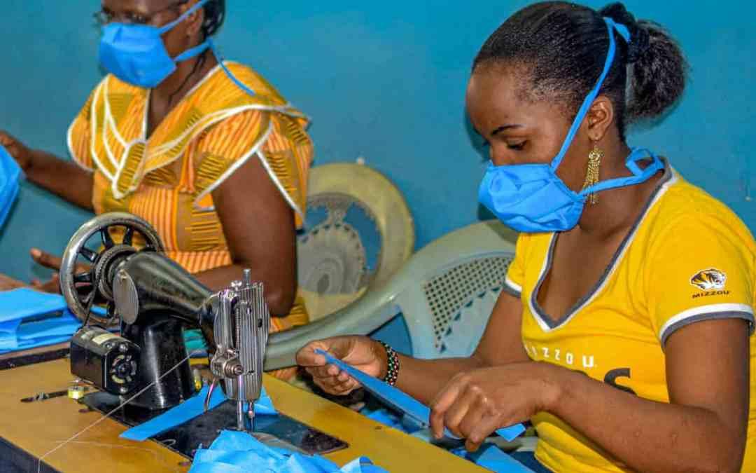Tillverkning av ansiktsmasker i Kenya