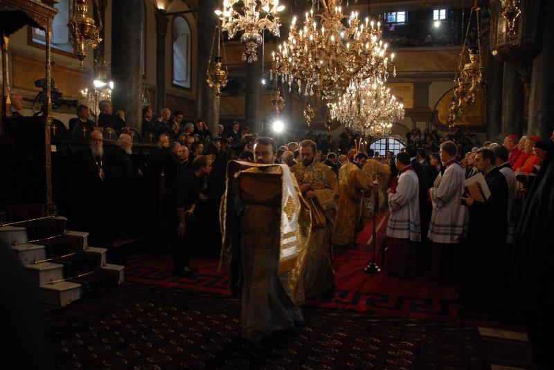 Începe liturghia: în stînga - clericii greci, în dreapta cei papistaşi
