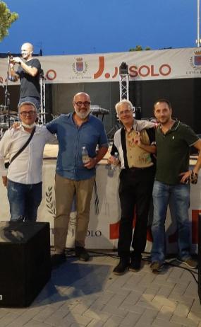 da sinistra a destra il discografico Alberto Rapetti, camicia blu il Poma conduttorici televisivo di Udinese Tv, Enzo gentile giornalista e critico musicale