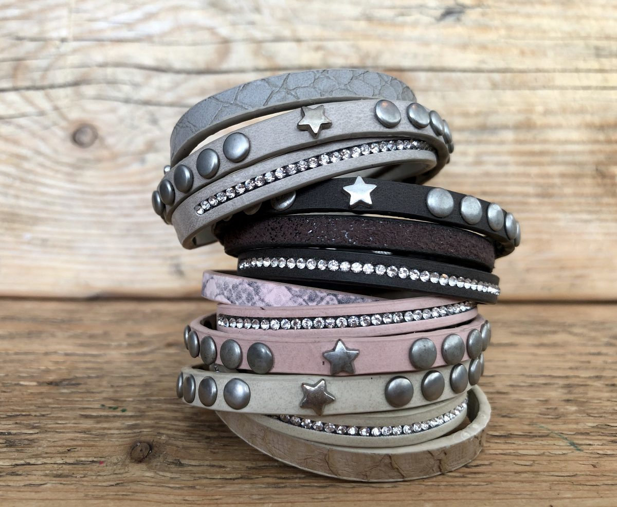 Mooie armband met drie verschillende designs, print, strass en studs