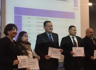 ПРИМЕР ДОБРЕ ПРАКСЕ... градоначелник Панчева (у средини) са додељеним признањем