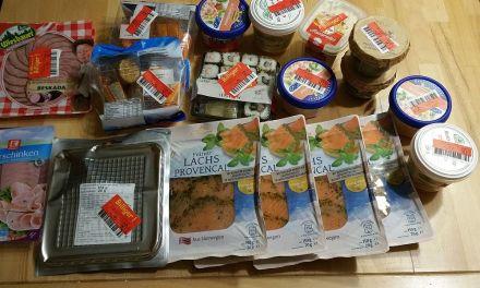 Samstag-Einkauf: Lachs für 35 Cent, Garnelensalat für 17 Cent, Pesto für 19 Cent und Sushi für 28 Cent