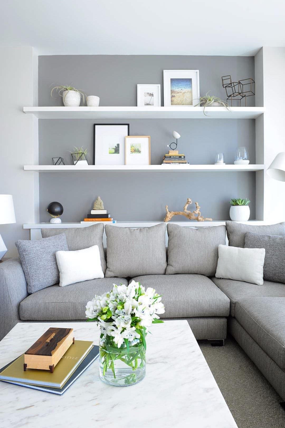 Basta munire l'intera parete dietro divano con mensole ad hoc,. Soggiorno Scandinavo 50 Idee Per Arredare Un Salotto Nordico Stile Colori Pareti Arredo Moderno Start Preventivi