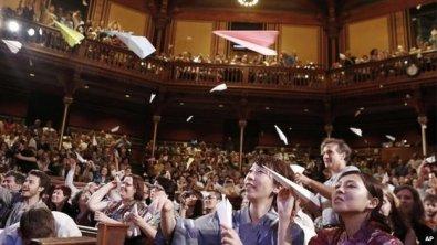 Es una tradición lanzar aviones de papel al escenario durante los Ig Nobels