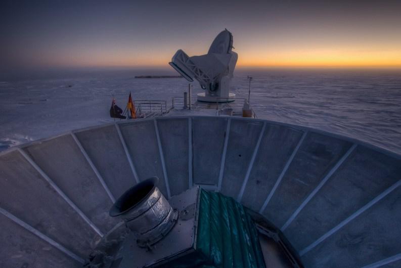 Puesta de sol en el Polo Sur, con BICEP2 (en primer plano) y el Telescopio del Polo Sur en el fondo. Imagen: Steffen Richter (Universidad de Harvard)