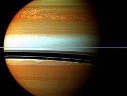 Este mosaico en falso color de la nave espacial Cassini de la NASA muestra la cola del gran tormenta norte de Saturno.
