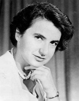 Rosalind Franklin (1920 – 1958): James Watson y Francis Crick recibieron los créditos por descubrir la estructura del ADN, pero su descubrimiento se basó en gran parte en el trabajo de Rosalind Franklin. Aunque su padre se negó cuando ella le dijo que quería estudiar ciencia, eso no la detuvo, y logró doctorarse en físico-química en la Universidad de Cambridge. Entre sus trabajos, logró hacer imágenes en rayos X del ADN. Estaba cerca de descifrar la estructura de la molécula cuando otro investigador de su laboratorio le mostró una de sus imágenes a James Watson. Él junto a Francis Crick rápidamente descifraron la forma de doble hélice y publicaron sus resultados en Nature, lo que les llevó a ganar un premio Nobel en 1962.