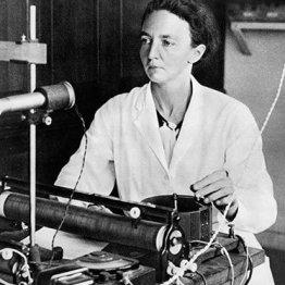 Irène Curie-Joliot (1897 – 1956): La hija mayor de PIerre y Marie Curie siguió los pasos de sus padres en el laboratorio. Junto a su esposo, estudiaron la estructura del átomo. En 1934 descubrieron la radioactividad artificial al bombardear aluminio, boro y magnesio con partículas alfa para producir isótopos de nitrógeno, fósforo, silicio y aluminio. Al año siguiente, recibieron el premio Nobel.