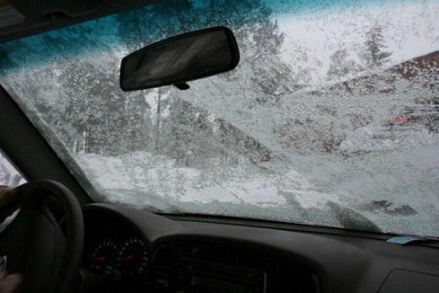 Nemáte chuť škrabať auto? Ktoré triky na zamrznuté okno fungujú najlepšie?