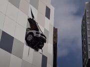 Porsche Macan ostalo po zvláštnej nehode visieť z budovy