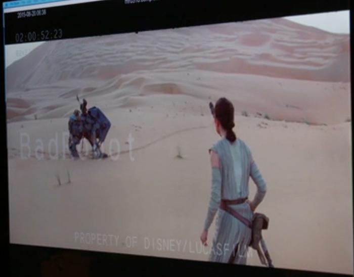 Rey ziet dat Teedo BB-8 gevangen heeft.