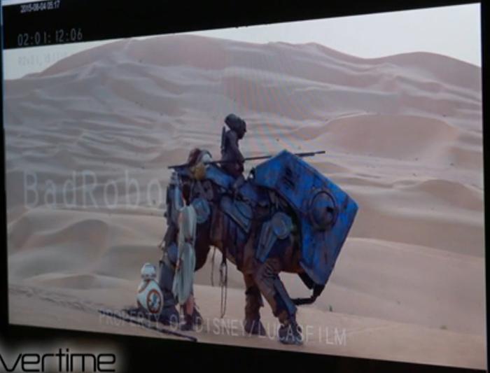 Rey bevrijdt BB-8 uit het net van Teedo.