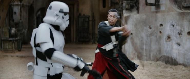 Over Donnie Yen gesproken, hier lost zijn personage een meningsverschil met een Stormtrooper op. Het ziet er zoals men al speculeert sinds de cast foto naar buiten kwam dat zijn personage blind is.