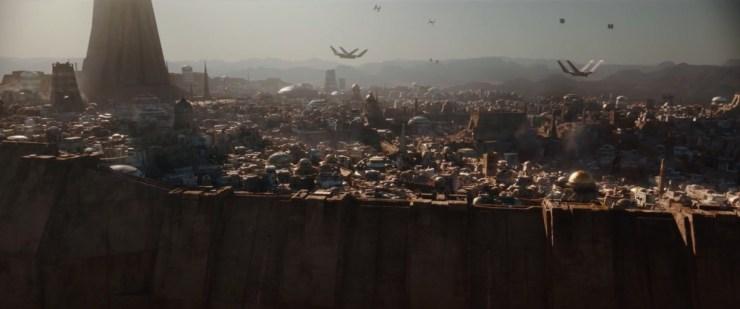 We openen de trailer met een shot van een grote stad op de planeet Jedha. Deze stad komt wat over als Mos Eisley, we zien een hoop gebouwen, dicht bij elkaar staan en verschillende ruimteschepen aankomen en vertrekken.