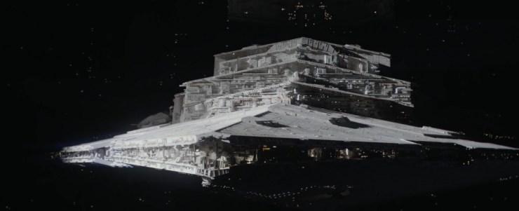 Een prachtig shot van een Star Destroyer die het zonlicht in komt boven de Death Star. Gevolgd door het shot waar de schotel op zijn plek geplaatst wordt.