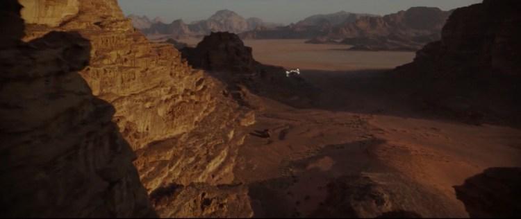 Een prachtig shot van de U-Wing die over Jedha vliegt.