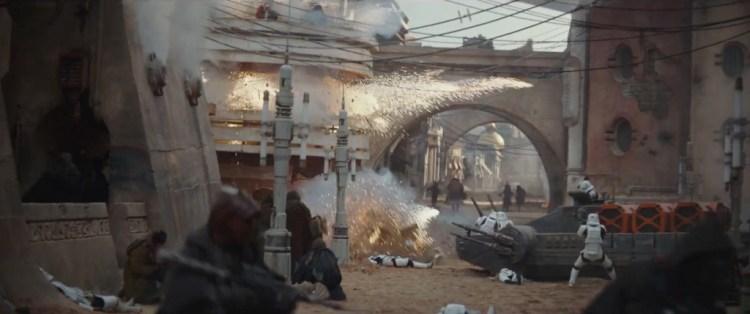 Een explosie tijdens een gevecht in de straten op Jedha.