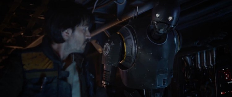 Cassian kijkt toe terwijl K-2SO mededeelt dat de groep een missie te wachten staat met een falingskans van 97,6%.