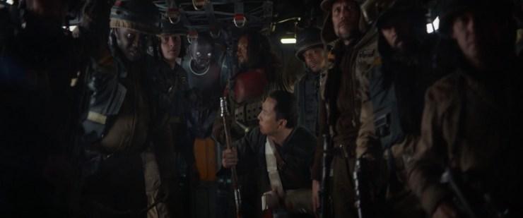 """Jyn vraagt haar groep """"are you with me?"""". Waarop Cassian """"All the way"""" antwoord en iedereen opstaat, klaar om tegen de Empire in actie te komen."""
