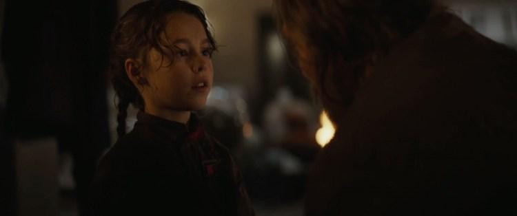 Gedurende deze shots horen we Galen tegen Jyn praten. Wanneer zij in beeld komt wordt duidelijk dat het hier om een flashback gaat.