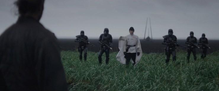 In de regen ziet Krennic er iets minder imposant uit dan met een vloeiend bewegende cape, maar de Death Troopers zijn toch wel redelijk in staat om zijn imago in stand te houden.